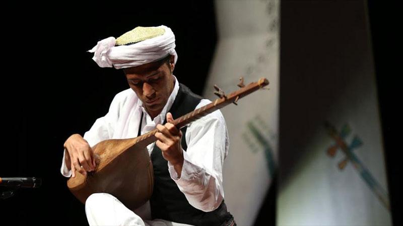 playing dotar instrument in Iran