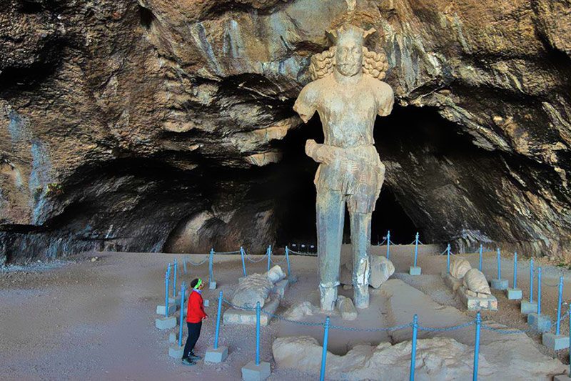 Shapur cave, Shapur scalpture of 800 height
